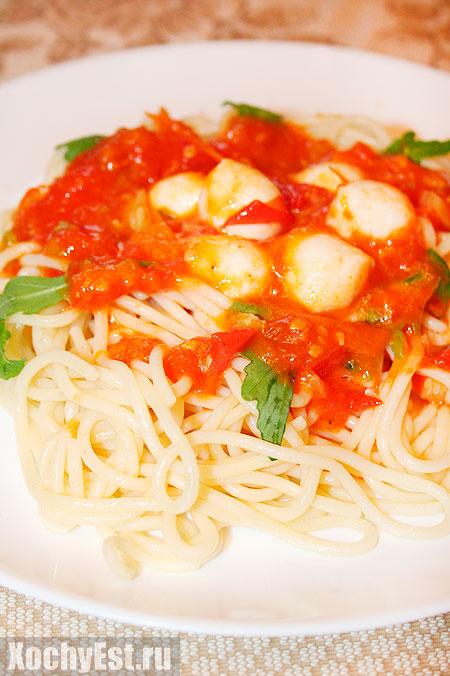 Паста с томатным соусом, моцареллой и рукколой